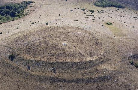 Veduta aerea della cerchiaia sulla sommità del monte Tezio, interessata dalle attività di scavo. (foto: Sergio Sisani)