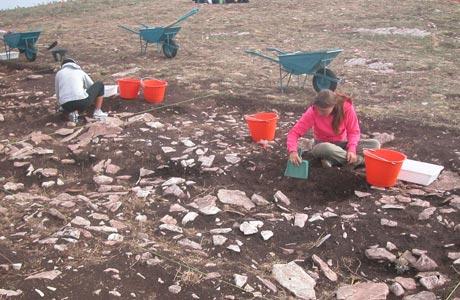 Studenti impegnati nelle attività di scavo